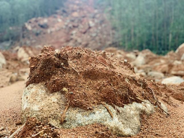Núi lở, nhiều khối đất đá 'khổng lồ' đổ xuống ruộng ảnh 4