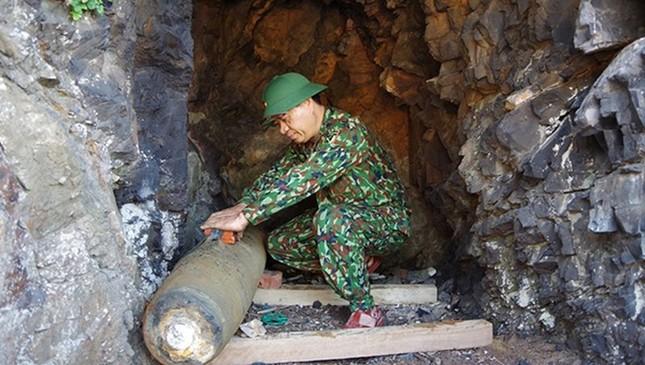 Phát hiện quả bom nặng 330kg khi đang bắt cá ảnh 1