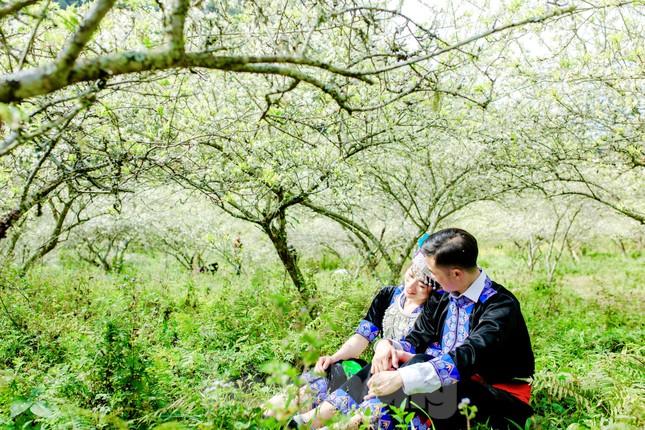 Thiếu nữ khoe sắc bên hoa mận nở trắng muốt nơi cổng trời đẹp như tranh ảnh 9