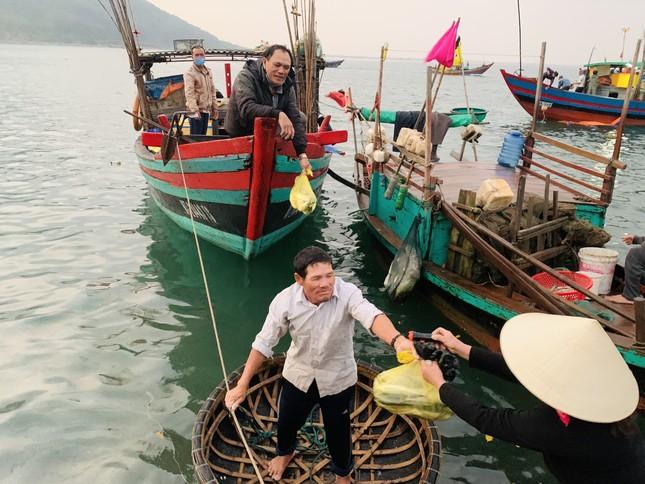 Vươn khơi đầu năm, ngư dân phấn khởi trúng đậm tôm, cá ảnh 8