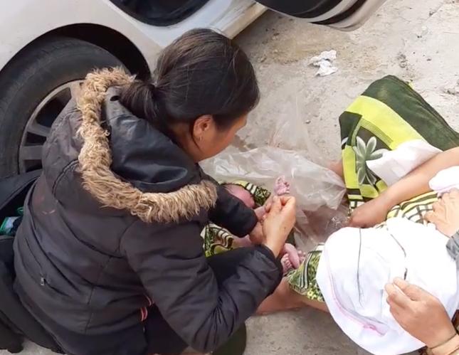 Sản phụ người Mông chuyển dạ sinh con ngay bên vệ đường ảnh 1