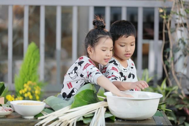 Cháu gái Phạm Phương Thảo ngủ gật vì đóng MV Tết ảnh 2