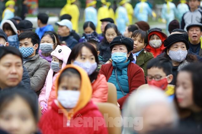 Lo ngại virus corona, dân đeo khẩu trang dự hội Gò Đống Đa ảnh 2