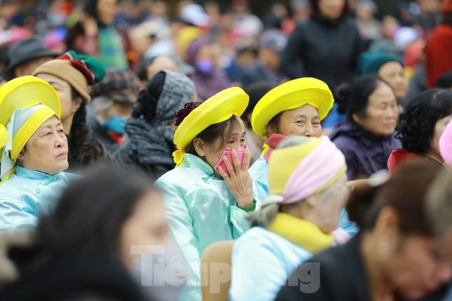 Lo ngại virus corona, dân đeo khẩu trang dự hội Gò Đống Đa ảnh 4