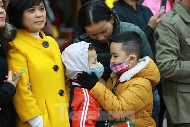 Lo ngại virus corona, dân đeo khẩu trang dự hội Gò Đống Đa ảnh 3