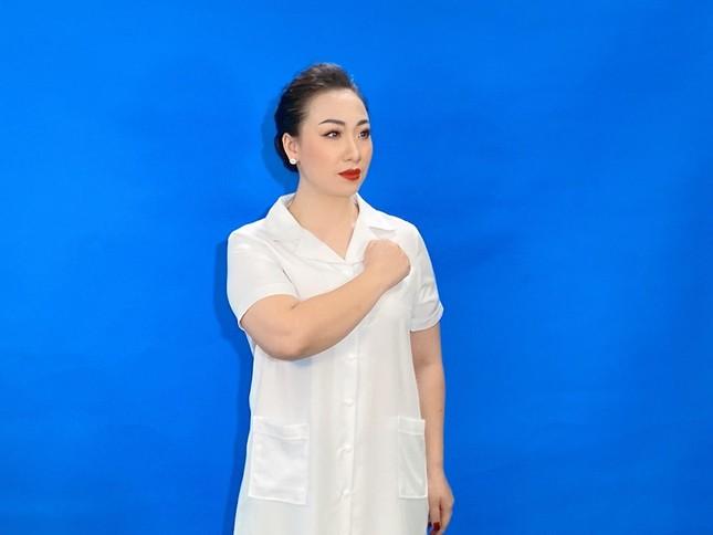 Sao mai Hiền Anh hát 'Cùng chống giặc Corona' tri ân chiến sĩ áo trắng ảnh 1