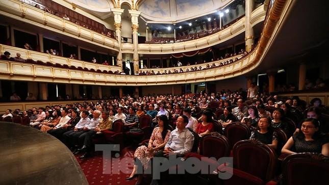 Khán giả chật kín xem 'Bệnh sĩ' của Lưu Quang Vũ ảnh 3