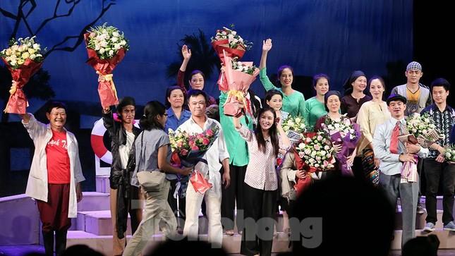 Khán giả chật kín xem 'Bệnh sĩ' của Lưu Quang Vũ ảnh 6