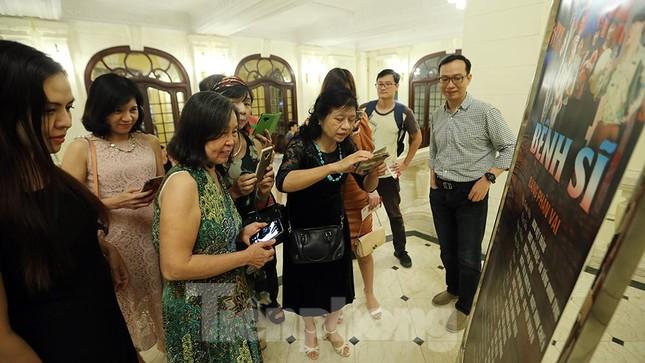 Khán giả chật kín xem 'Bệnh sĩ' của Lưu Quang Vũ ảnh 7