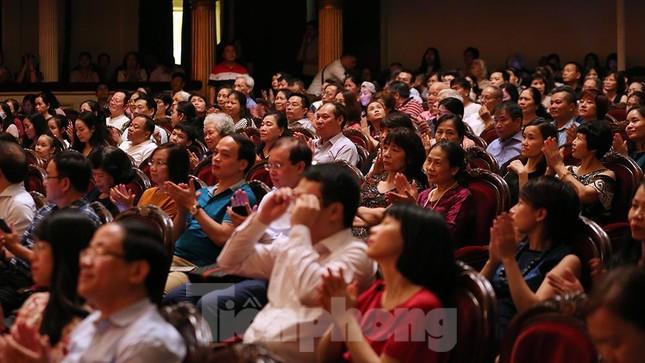 Khán giả chật kín xem 'Bệnh sĩ' của Lưu Quang Vũ ảnh 4