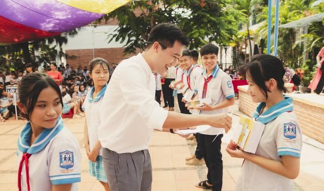 Fan áo trắng bao vây cựu 'học sinh cá biệt' Xuân Nghị ảnh 2