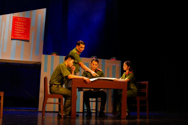 Nhà hát Tuổi trẻ hâm nóng sân khấu với vở hình sự 'Bộ cảnh phục' ảnh 3