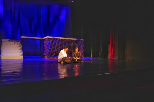 Nhà hát Tuổi trẻ hâm nóng sân khấu với vở hình sự 'Bộ cảnh phục' ảnh 1