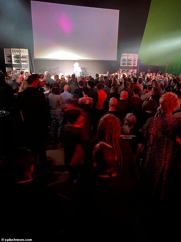 Bất chấp lệnh cấm tụ tập, 200 người đoàn phim 'Ma trận' mở tiệc ở Đức ảnh 2