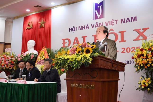 Cuộc chuyển giao ghế chủ tịch Hội Nhà văn ngoạn mục ảnh 2
