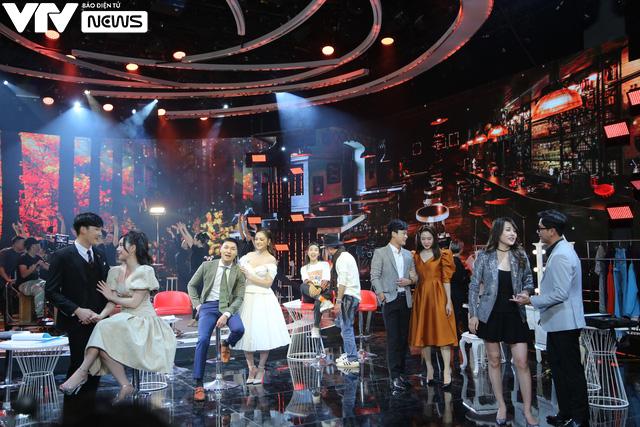 Chào 2021 trên VTV: Diễn viên khách mời 'chiếm' sân khấu làm ca sĩ ảnh 4