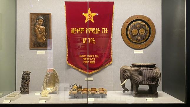 Hàng trăm tài liệu, hiện vật tái hiện lịch sử hào hùng và 12 kỳ đại hội Đảng ảnh 9