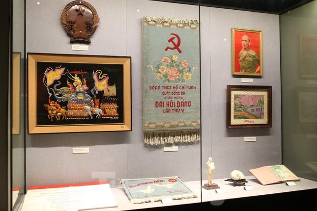 Hàng trăm tài liệu, hiện vật tái hiện lịch sử hào hùng và 12 kỳ đại hội Đảng ảnh 10