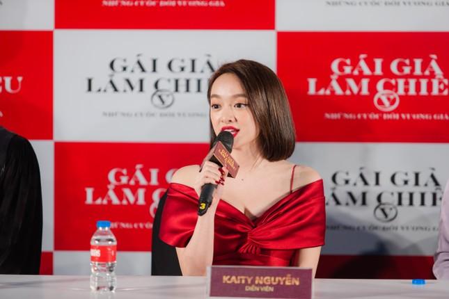 Gái già lắm chiêu V: Kaity Nguyễn gợi cảm 'đối đầu' mẹ Lê Khanh tại Hà Nội ảnh 3