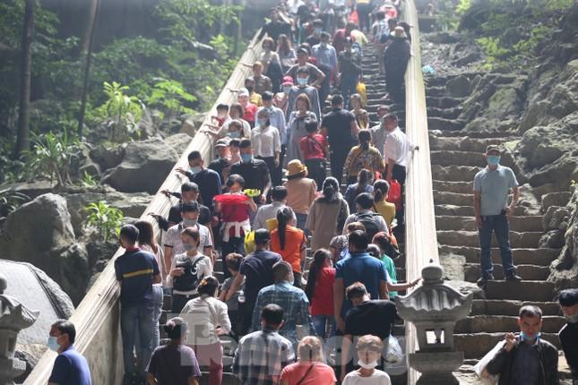 Khoảng hơn vạn người trẩy hội chùa Hương ngày đầu mở cửa ảnh 11