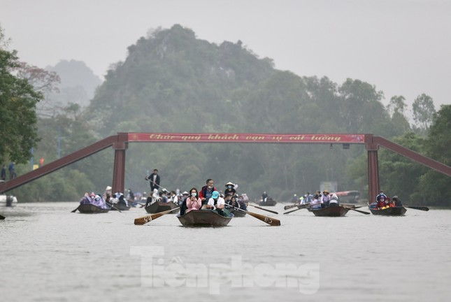 Khoảng hơn vạn người trẩy hội chùa Hương ngày đầu mở cửa ảnh 1
