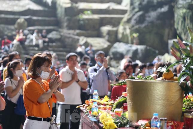 Khoảng hơn vạn người trẩy hội chùa Hương ngày đầu mở cửa ảnh 9