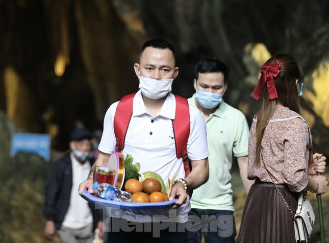 Khoảng hơn vạn người trẩy hội chùa Hương ngày đầu mở cửa ảnh 6