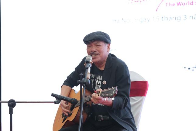 Nhạc sĩ Trần Tiến vừa đàn vừa hát, kể chuyện ca khúc từng bị cấm ảnh 1