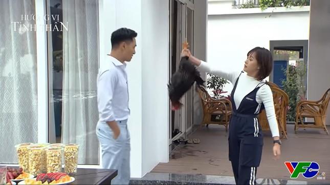 Hương vị tình thân 6: Nam (Phương Oanh) bắt gà ấn vào tay giám đốc Long (Mạnh Trường) ảnh 1