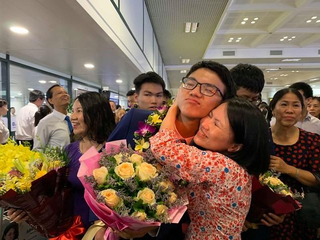 Gia đình, thầy cô xúc động đón đoàn Olympic Toán học 2019 trở về ảnh 4