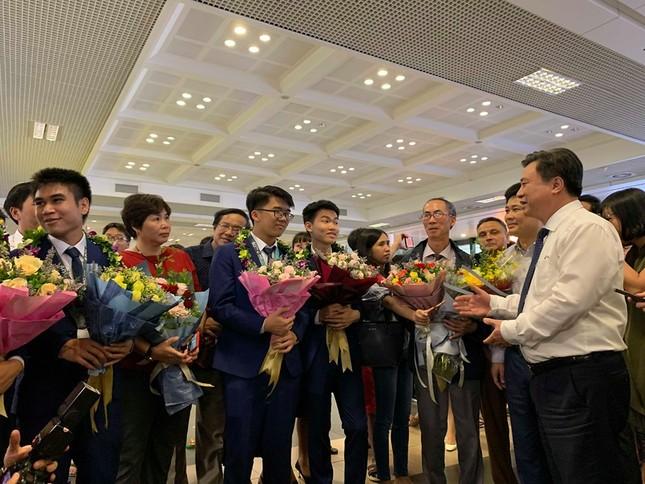 Gia đình, thầy cô xúc động đón đoàn Olympic Toán học 2019 trở về ảnh 5