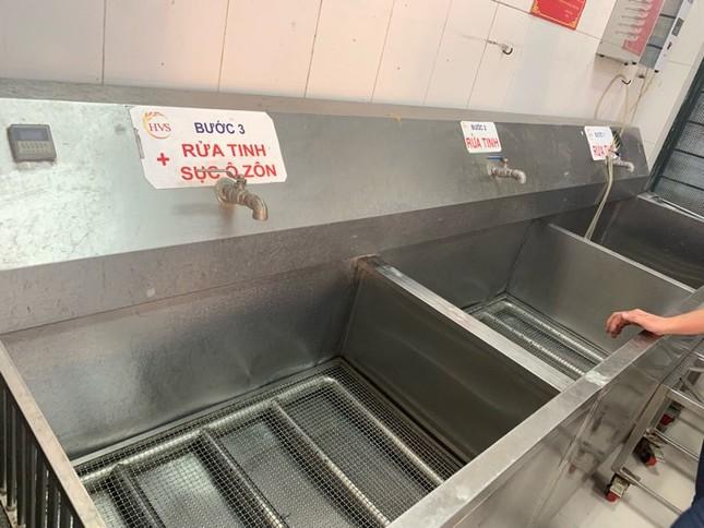 Sau sự cố nước khét lẹt, trường học dùng nước bình nấu ăn cho học sinh ảnh 1