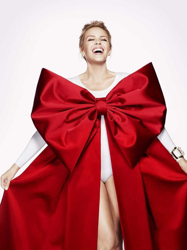 Kylie Minogue biến thành món quà Giáng sinh gợi cảm ảnh 2