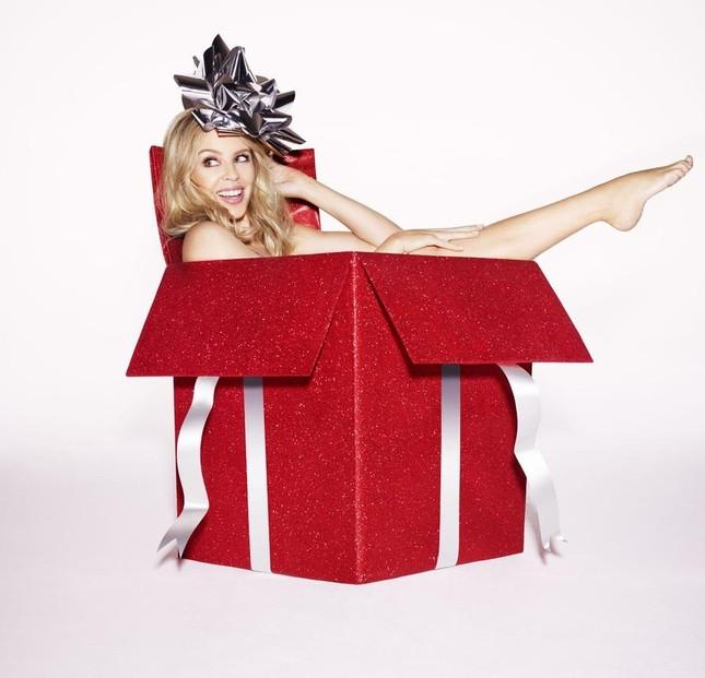 Kylie Minogue biến thành món quà Giáng sinh gợi cảm ảnh 7