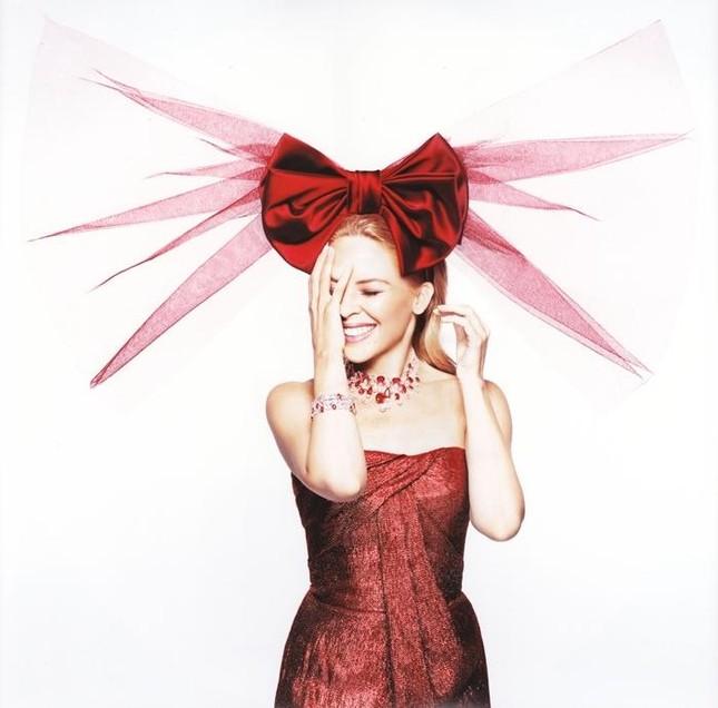 Kylie Minogue biến thành món quà Giáng sinh gợi cảm ảnh 5