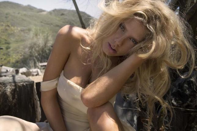 Charlotte McKinney hoang dã, trễ nải trong bộ ảnh đen trắng ảnh 1