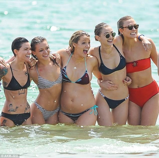 Taylor Swift cùng bạn trai vui vẻ với tiệc bikini trên biển ảnh 6