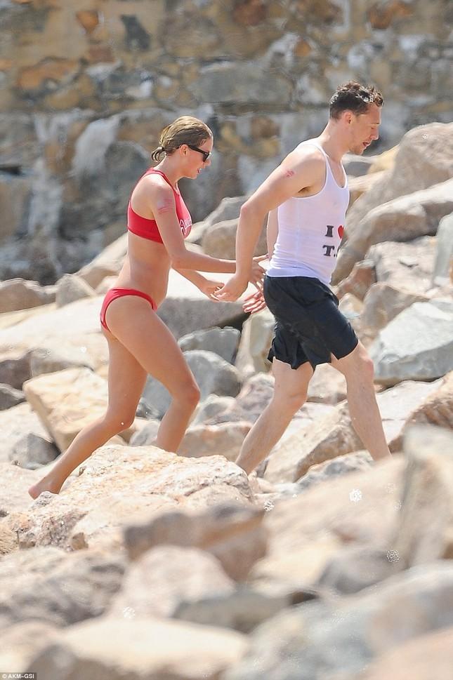Taylor Swift cùng bạn trai vui vẻ với tiệc bikini trên biển ảnh 4
