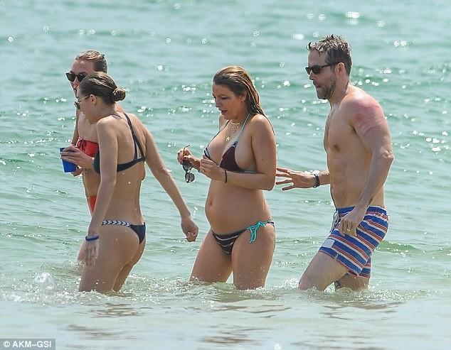 Taylor Swift cùng bạn trai vui vẻ với tiệc bikini trên biển ảnh 7
