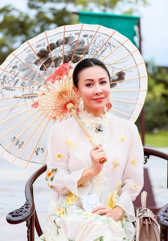 Nhan sắc trẻ ngỡ ngàng của Lưu Gia Linh và người đẹp 'Bến Thượng Hải' ảnh 7