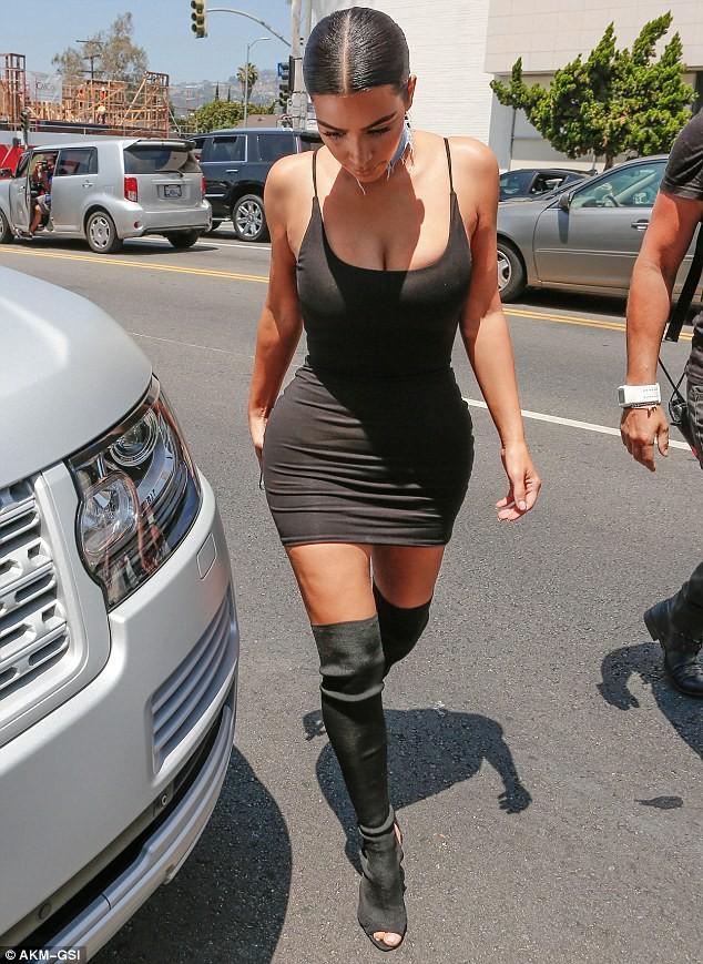 Kim Kardashian diện váy bó sát khoe ba vòng nóng bỏng ảnh 3