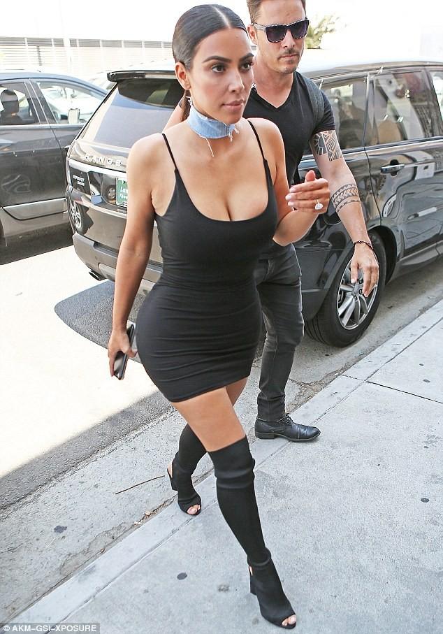 Kim Kardashian diện váy bó sát khoe ba vòng nóng bỏng ảnh 4