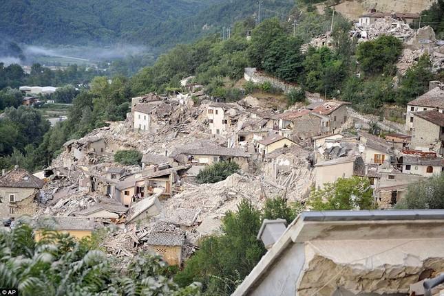 Bé gái 10 tuổi sống sót sau 17 tiếng mắc kẹt vì động đất ở Ý ảnh 13