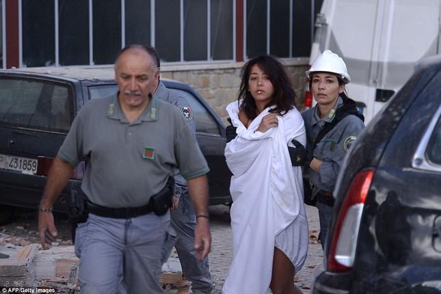 Bé gái 10 tuổi sống sót sau 17 tiếng mắc kẹt vì động đất ở Ý ảnh 7