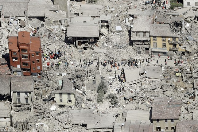 Bé gái 10 tuổi sống sót sau 17 tiếng mắc kẹt vì động đất ở Ý ảnh 12