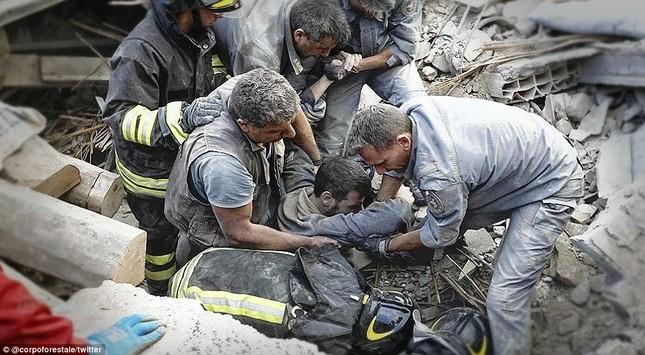 Bé gái 10 tuổi sống sót sau 17 tiếng mắc kẹt vì động đất ở Ý ảnh 6