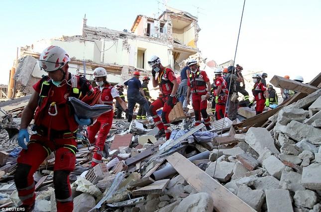Bé gái 10 tuổi sống sót sau 17 tiếng mắc kẹt vì động đất ở Ý ảnh 10