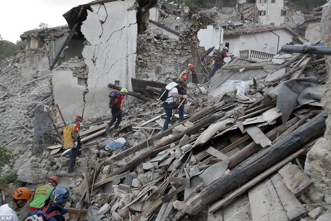 Bé gái 10 tuổi sống sót sau 17 tiếng mắc kẹt vì động đất ở Ý ảnh 9