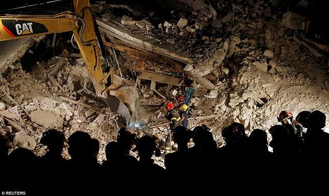 Bé gái 10 tuổi sống sót sau 17 tiếng mắc kẹt vì động đất ở Ý ảnh 8