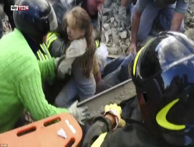 Bé gái 10 tuổi sống sót sau 17 tiếng mắc kẹt vì động đất ở Ý ảnh 3